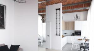Surowe i naturalne materiały: beton, cegła, metale oraz drewno o wyraźnych słojach to wyznaczniki aranżacji wnętrz o industrialnym charakterze. Ich zastosowanie w aranżacji naszej kuchni na pewno zapewni oczekiwany efekt. Jak to zrobić?