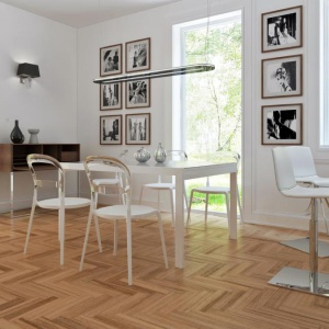 Słomkowy parkiet ułożony w jodełkę ożywia biało-czarną jadalnię w nowoczesnej stylistyce. Fot. Z500
