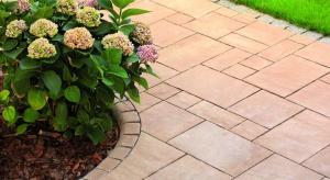 """Aranżując ogród idealny należy zadbać zarówno o estetykę nawierzchni ścieżek, jak i o ich trwałość. Produktami, które w tym pomogą są integralne z kostką betonową murki, palisady i obrzeża. Elementy te stanowią """"kropkę nad i"""" dla c"""