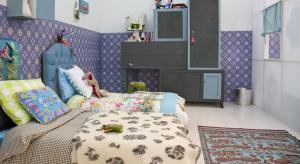 W sypialni kluczową rolę pełnią: kolorystyka, a także funkcjonalność mebli i dobre zagospodarowanie przestrzeni. Po jakie formy i wzory warto sięgnąć aranżując sypialnię? Wszystko zależy od tego czego potrzebujemy.