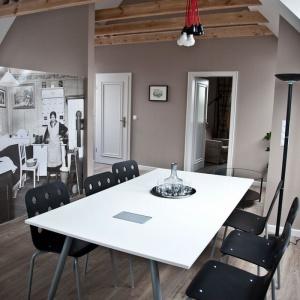 Fototapeta z nadrukiem starego czarno-białego zdjęcia dobrze koresponduje z minimalistycznym wystrojem. Fot. Spółka Śląski Dom