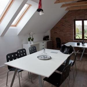 Wnętrze utrzymano w minimalistycznym stylu. Jego wyjątkową ozdobą jest nieotynkowana ceglana ściana szczytowa i odkryta więźba dachowa. Fot. Spółka Śląski Dom