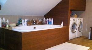 Urządzając łazienkę na poddaszu trzeba pamiętać o użyciu odpowiednich materiałów wykończeniowych. Nasz ekspert podpowiada jakich.
