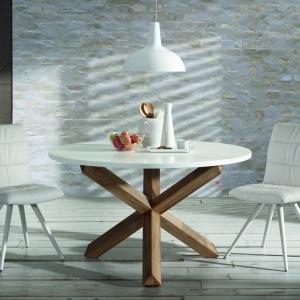 Stół Nori i krzesła Lark od La Forma. Fot. Le Pukka Concept Store.
