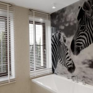 Nowoczesna aranżacja łazienki w czerni i bieli