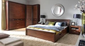 Meble do sypialni dobieramy indywidualnie, w zależności o potrzeb i metrażu. Poza łóżkiem i szafkami warto zadbać o miejsce do przechowywania – szafy lub komody.