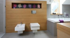 Nisze i wnęki w łazience to bardzo praktyczny element jej architektury. Sprawiają, że wnętrze nabiera większej dynamiki i trójwymiarowości, a przy tym umożliwiają przechowywanie kosmetyków bądź ekspozycję dekoracji łazienkowych.
