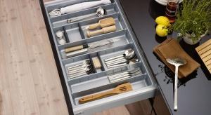 Konkurencja wśród producentów, że nowoczesne akcesoria poprawiające funkcjonalność mebli kuchennych stały się powszechne, a zarazem stosunkowo niedrogie.