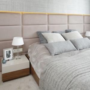 Szara ściana ze strukturą tkaniny to kolejny pomysł na dekorację sypialni. Proj. Agnieszka Hajdas-Obaktek, Fot. Bartosz Jarosz