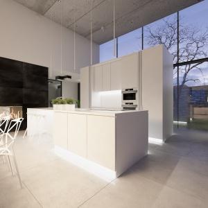 Biała kuchnia z modną wyspą i ogromnymi przeszkleniami została zaprojektowana niezwykle nowocześnie.