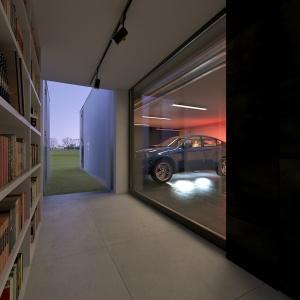 Również ściana oddzielająca garaż od korytarza jest przeszklona. To nietypowe rozwiązanie prezentuje się bardzo nowocześnie.