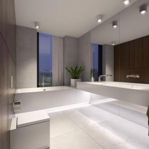 Wąskie okno i lustr na ścianie optycznie powiększają przestrzeń.