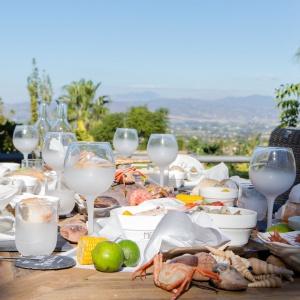 Szklane KIELISZKI oraz SZKLANKI ze szronionym wykończeniem podkreślą letni charakter aranżacji stołu. Fot. House&More
