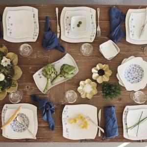 Elegancki serwis stołowy LISE, zdobiony niebieskimi kwiatami i szczyptą złota to doskonały wybór na wszystkie uroczyste okazje. Fot. Fyrklövern,