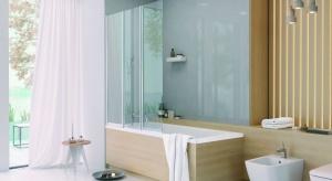 Łazienka z oknem to nowy trend, choć nie w każdej może się ono znaleźć. Jeśli jednak w Twojej łazience może pojawić się światło dzienne, to warto zdecydować się na takie rozwiązanie.