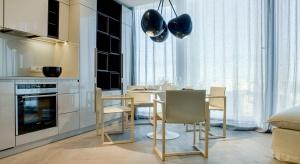 """Wielu z nas przy wyborze rodzaju podłogi do mieszkania kieruje się głównie jej kolorem. To, jak """"zachowuje się"""" podłoga, po której chodzimy, zależy w głównej mierze od wilgotności czy równości podłoża. Sprawdźmy, na jakie kwestie techn"""