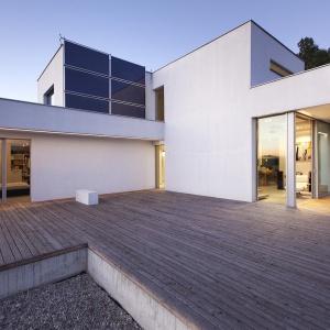 Dom jest obiektem energooszczędnym nie tylko technologicznie - ze względu na zastosowane instalacje techniczne, ale również dzięki przemyślanej formie architektonicznej, która współgra z naturą. Fot. BXBstudio Bogusław Barnaś