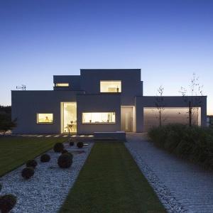 Dom prezentuje się pięknie również w nocnej scenerii. Fot. BXBstudio Bogusław Barnaś