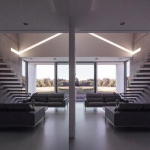 Minimalistyczne wnętrze wypełnia surowy beton. Fot. BXBstudio Bogusław Barnaś