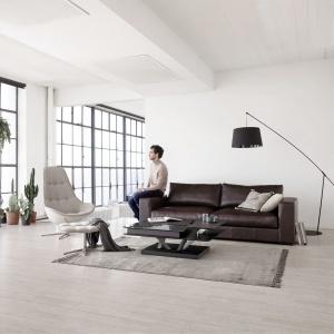 Modułowa sofa Cenova posiada miękkie poduchy siedzisk oraz dodatkowe podparcie na podłokietnikach, dając jeszcze lepszy komfort użytkowania. Fot. BoConcept.