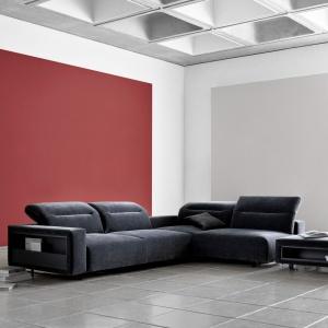 Inspirowana panoramą Nowego Jorku nowa sofa Hampton to szczyt miejskiego luksusu. Niskie nogi zapewniają stabilność, a nowatorskie pochylane oparcia dostosują się do każdej formy wypoczynku. Dostępna jest z wbudowanymi schowkami oraz w ponad 100 różnych tkaninach i skórach. Fot. BoConcept.