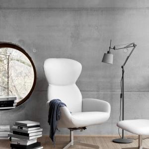 Fotel Athena z funkcją wypoczynkową i obrotową podstawą, produkt dostępny w tkaninach i skórach. Fot. BoConcept.