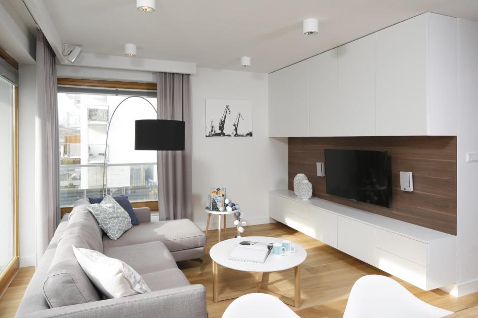Nowoczesną zabudowę na ścianie z telewizorem stanowi nie tylko ciekawą konstrukcję, ale także dodatkowa powierzchnia przechowywania.