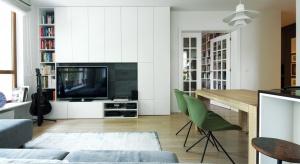 To 90-metrowe mieszkanie znajduje się na ostatniej kondygnacji budynku mieszkalnego na warszawskim Mokotowie. Zadaniem projektantów z pracowni Soma Architekci było stworzenie nowego miejsca do mieszkania dla 3-osobowej rodziny.