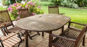 Po letnich upałach płoty, pergole i meble ogrodowe wymagają renowacji i ochrony przed nadchodzącymi opadami i mrozem, które mogą doprowadzić do osłabienia struktury drewna. Ciepłe wrześniowe dni to najlepsza pora na szybką impregnację element�
