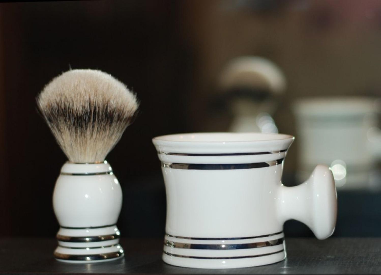 Zestaw do golenia z porcelany. Fot. Ćmielów