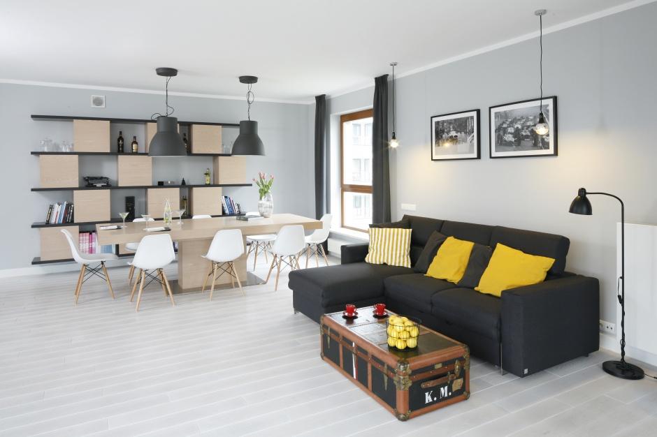 Jasna bielona podłoga wyjątjkowo rozświetla niewielkie wnętrze. Projekt: Maciejka-Peszyńska-Drews