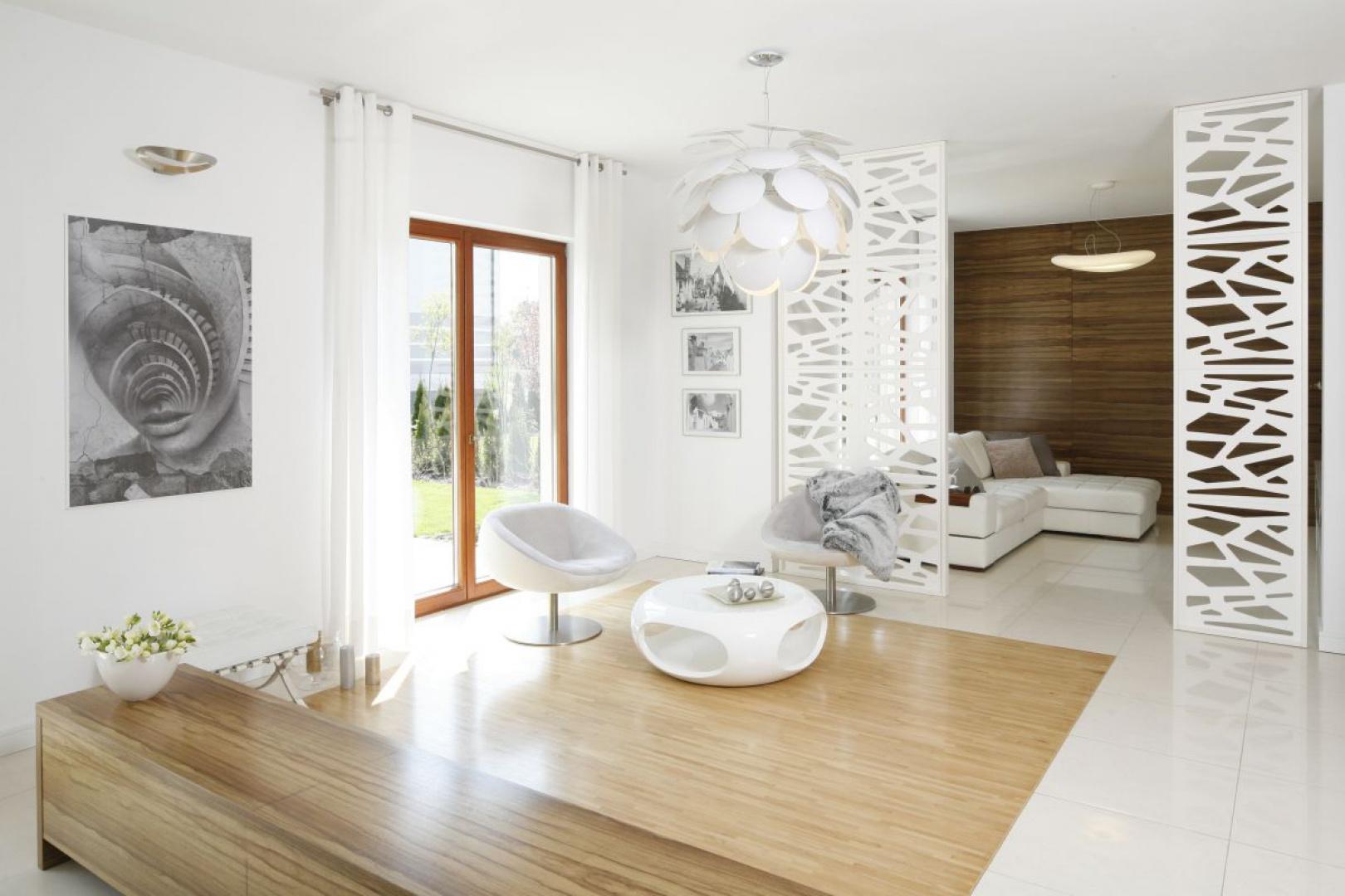 Jeśli chcemy optycznie rozświetlić i powiększyć wnętrze, postawmy na jasne kolory ścian. Planując malowanie, wybierzmy farbę w odcieniach bieli, beżu lub delikatnych pasteli. Projekt: Agnieszka Ludwinowska, Fot. Bartosz Jarosz