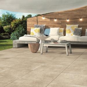 PŁYTY EVO_2/E z linii Officine z włoskiego gresu porcelanowego do złudzenia przypominają modny, przecierany beton, ale łatwiej utrzymać je w czystości – są prawie nienasiąkliwe. 316,11 zł/m². Fot. Libet
