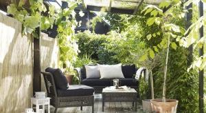 Niezależnie od tego, czy jesteśmy szczęśliwymi posiadaczami tarasu z ogrodem, czy tylko niewielkiego balkonu, przestrzeń na świeżym powietrzu można urządzić, tak aby cieszyła oko i pozwalała się nam zrelaksować.