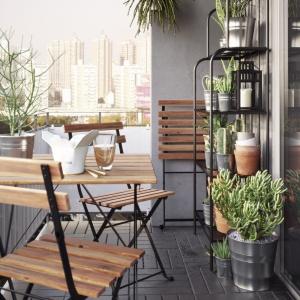 Składane krzesło TÄRNÖ łatwo złożyć i odstawić, by nie zajmowało zbyt wiele miejsca; z drewna akacjowego, pokrytego warstwą półprzezroczystej bejcy oraz stali. 39,99 zł. Fot. IKEA