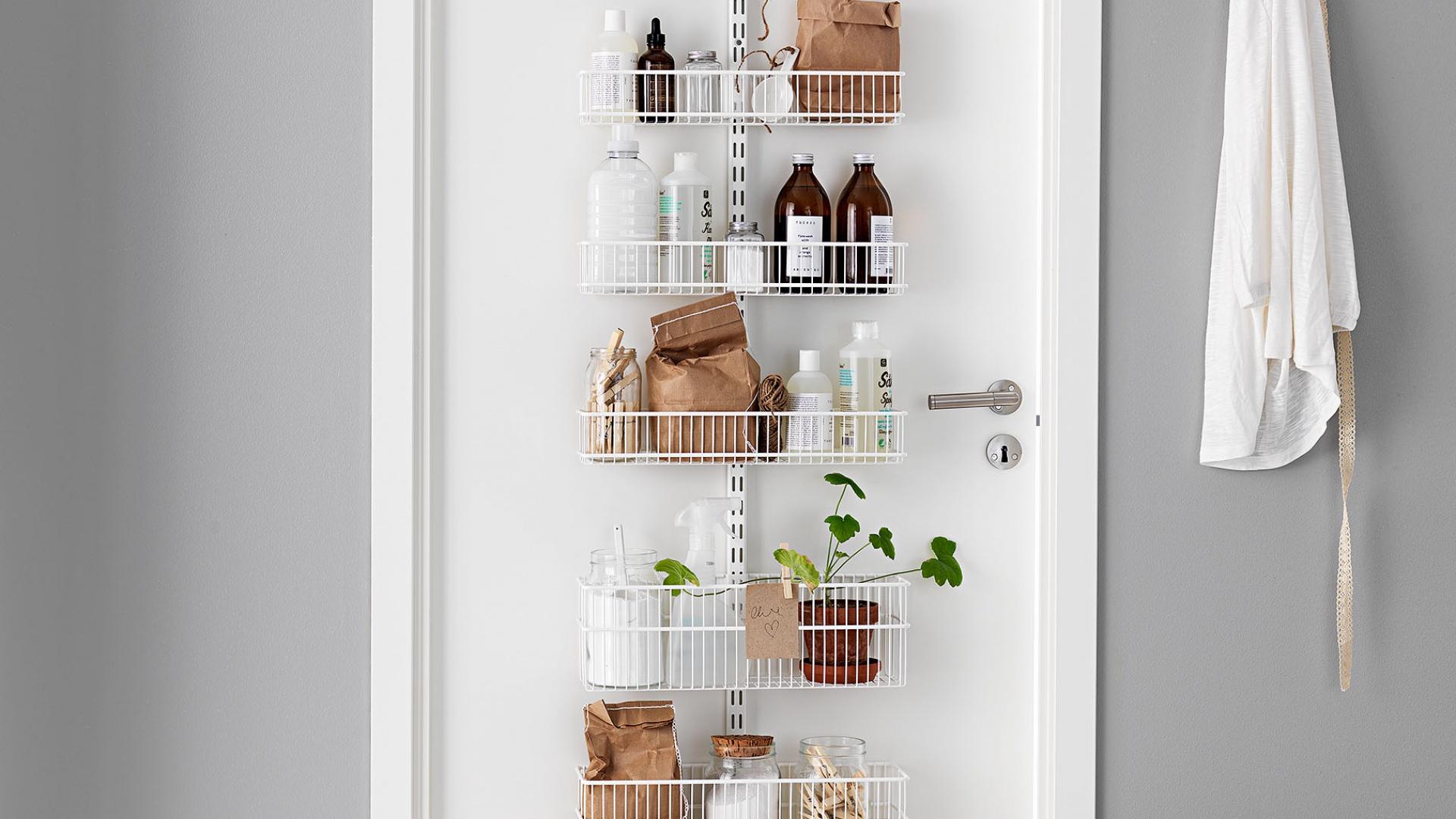 Inteligentny i funkcjonalny system UTILITY DOOR and WALL RACK przystosowany jest do montażu na ścianie lub drzwiach. Oszczędza miejsce, zapewniając sporo miejsca do przechowywania. Cena w zależności od ilości elementów. Fot. Elfa