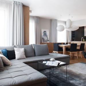 Projekt mieszkania miał odzwierciedlać życiowe nastawienie właścicieli. Wymarzyli sobie, że nowe miejsce będzie doskonale wyważone: nowoczesne i funkcjonalne, a jednocześnie przytulne i ciepłe. Fot. Adam Ościłowski