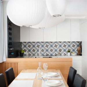 Kuchnia jest połączna z jadalnią i salonem. Jej wyjątkową dekorację stanowią modne płytki nad blatem. Fot. Adam Ościłowski