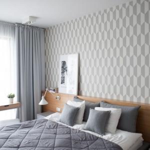 Przestronna sypialnia, najjaśniejsze pomieszczenie z całego mieszkania, zgodnie z wymaganiami klientów, jest wyciszona, neutralna, tak by można było w niej przyjemnie wypoczywać. Fot. Adam Ościłowski