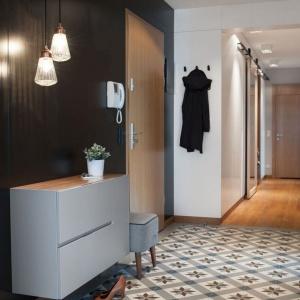 Aby wygospodarować miejsce na dużą garderobę bez konieczności ograniczania powierzchni sypialni lub gabinetu, architekci zdecydowali się umieścić ją w korytarzu. Fot. Adam Ościłowski