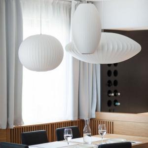 Szacunek do każdego centymetra przestrzeni zainspirował architektów do zaprojektowania unikalnej szafki na wino nad blatem kuchennym. Fot. Adam Ościłowski