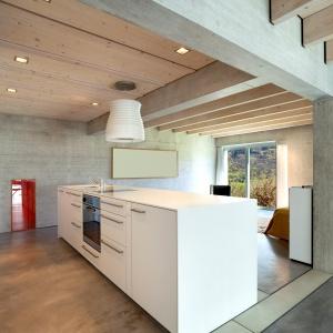 Beton sprawdzi się także we wnętrzach w stylu skandynawskim z dominującym motywem naturalnych materiałów, takich jak drewno. Fot. Fox Dekorator