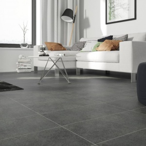 Salon utrzymany w minimalistycznym stylu, z białymi ścianami doskonale udekorujemy podłogą z wielkoformatowych płytek gresowych imitujących beton. Fot. Cersanit
