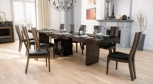 Duży stół jest sercem jadalni. Wraz z kompletem krzeseł zajmuje w niej centralne miejsce. Lubi towarzystwo eleganckich przeszklonych witryn i komód.