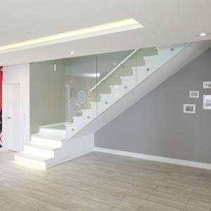W tym projekcie schody są efektownym elementem holu. Projekt: Dominik Respondek, Fot. Bartosz Jarosz