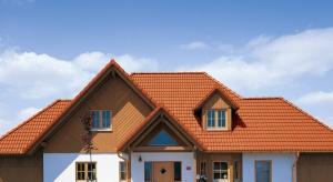 Decydując się na pokrycie z dachówek zawsze stajemy przed wyborem: dachówka betonowa czy ceramiczna? Wokół tego tematu narosło wiele mitów. Warto jednak mity odłożyć na bok, aby wybór był świadomy i poparty fachową wiedzą.