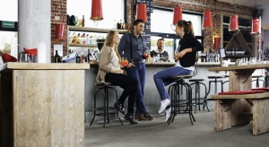 Od kilku sezonów zarówno w prywatnych mieszkaniach czy nowoczesnych biurach coraz częściej spotkać można podłogi winylowe.Źródłem sukcesu tego typu rozwiązania jest połączenie wytrzymałości, funkcjonalności i eleganckiego designu.