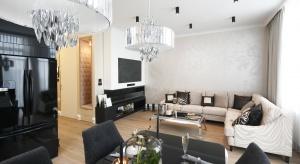 Urządzając mieszkanie możemy wybierać z szerokiej gamy dostępnych na rynku wzorów, kolorów istylów oświetlenia. Podpowiadamy, które z nich są najmodniejsze w tym sezonie!