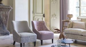 Urządzasz salon w stylu kolonialnym i zastanawiasz się, jakie dodatki tekstylne będą pasowały do ciemnego, naturalnego drewna na podłodze i stylizowanych, rzeźbionych mebli? Ekspert firmy Fargotex podpowiada, jak tkaniny multifunkcyjne mogą dopeł
