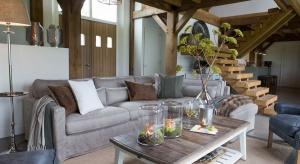 Wnętrzarskie dodatki zmieniają nasz dom wraz z porami roku. Jesieniąniezbędne do aranżacji wnętrza stają się lampy i lampiony. Ich ciepłe światło przez długie miesiące będzie dla nas przedłużeniem dnia i pozwoli zapomnieć o mrozie za ok